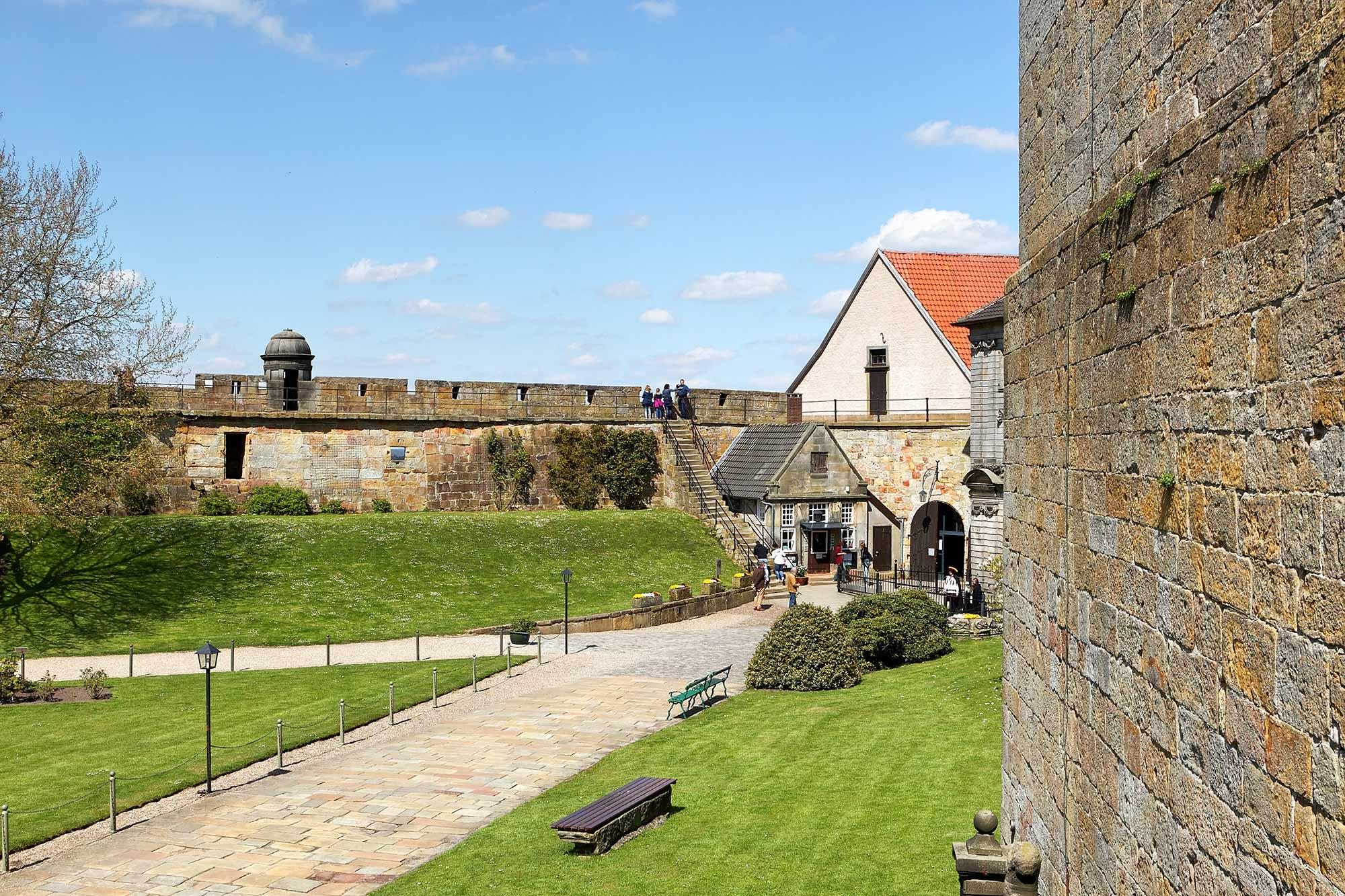 Innenhof und Wehr von Burg Bentheim ©Andreas Richter