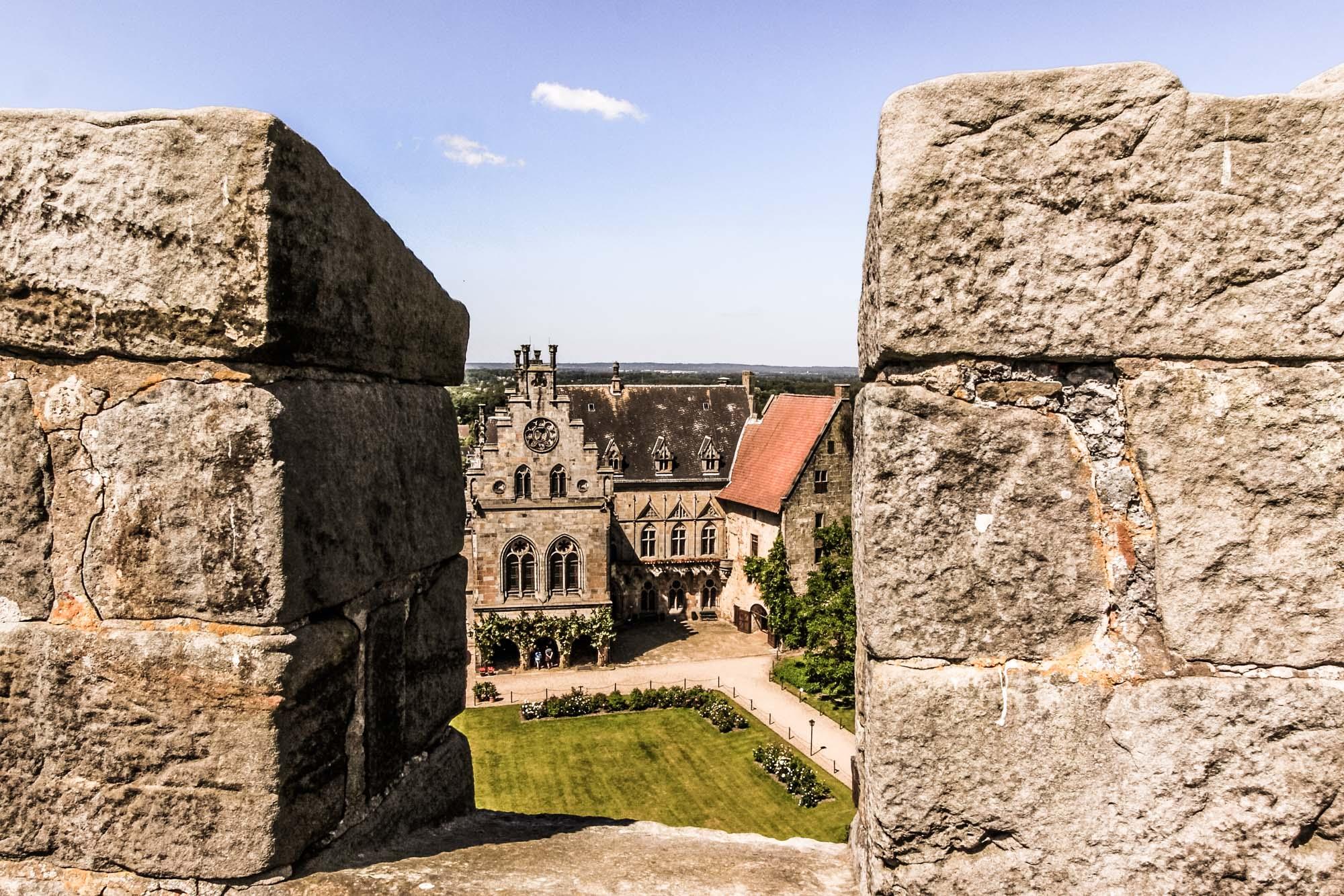 Innenhof der Burg Bentheim durch eine Zinne des Pulverturms gesehen ©Thomas Wallmeyer